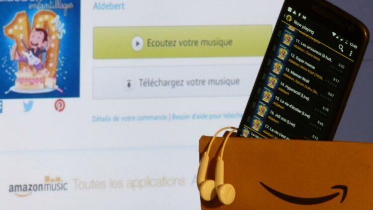 Photo d'un smartphone dans une enveloppe Amazon et site Amazon.fr ouvert en fond.