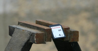 Photo d'une carte mémoire dans un étau