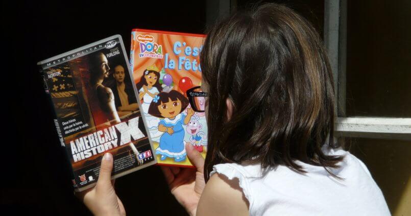 Enfant tenant dans ses mains deux films