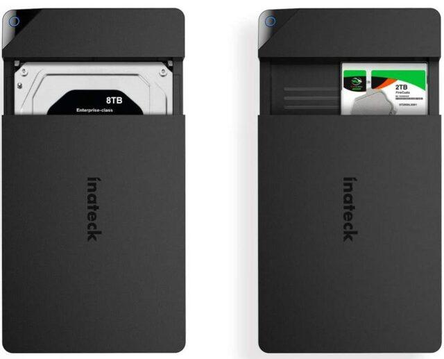 Photo de deux boîtiers USB Inateck avec un gros disque dur inséré dans la première et un petit dans la deuxième.