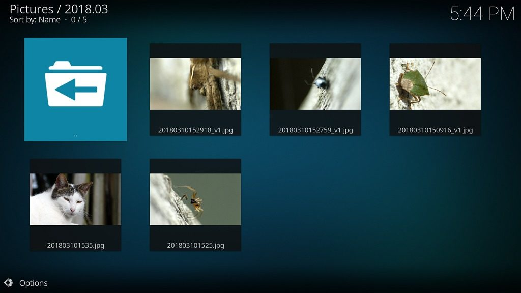 """Capture d'écran de l'application Kodi, affichage liste de photos en vue """"Mur""""."""