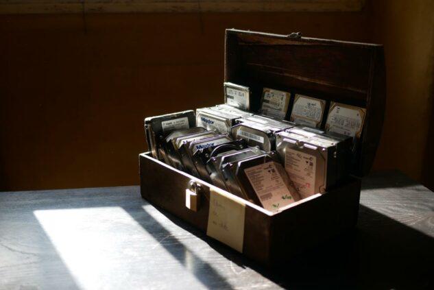 Photo d'un coffre rempli de disques durs