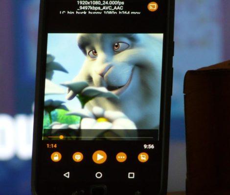 Photo d'un smartphone avec l'application VLC à côté d'une visionneuse Cardboard. YouTube en fond.
