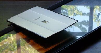 Photo d'un grand cadre photo dans un scanner trop petit